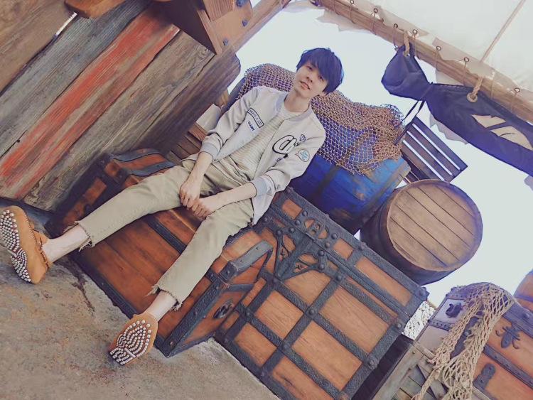 michael-浙江省·杭州市·滨江区--视档期而定,可详聊。可接日韩系淘宝男装拍摄,友情价可议。目前发型中长发,身高178,体重60kg,瘦。