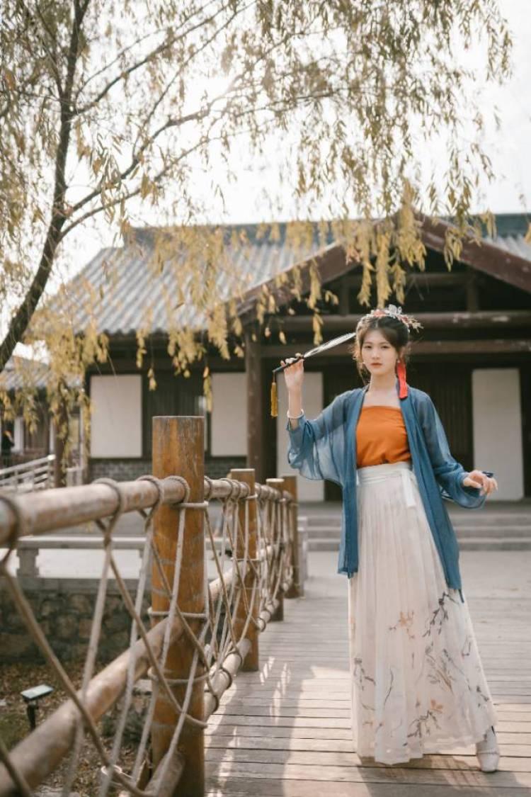 尔东-广东省·东莞市·清溪镇--拍摄时间为周日,地点在清溪镇附近,拍摄的风格是以汉服为主,服装和道具会自己准备,身高165左右,体重90斤左右